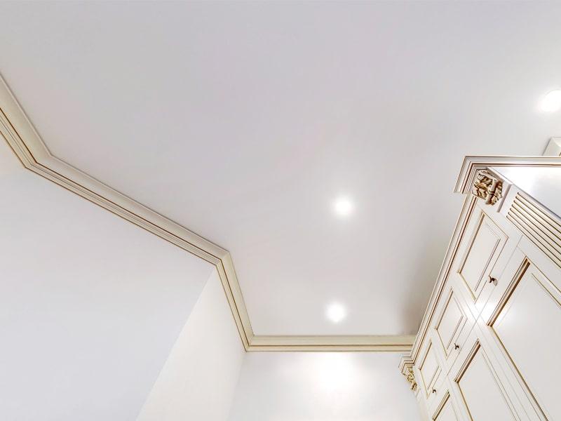 Натяжной потолок в стиле Классика