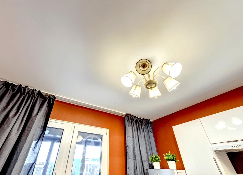 Дизайн натяжного потолка в кухне