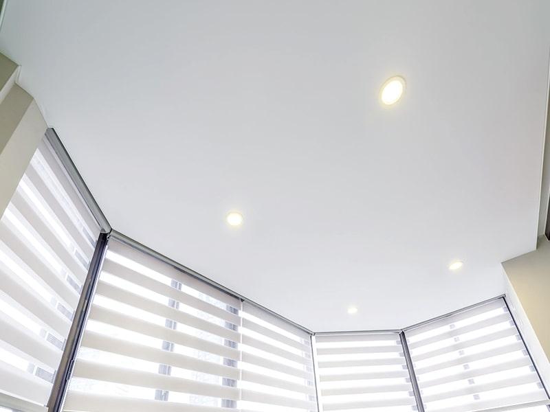 Дизайн натяжного потолка на балконе