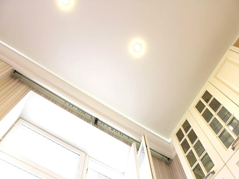 Дизайн светлого натяжного потолка
