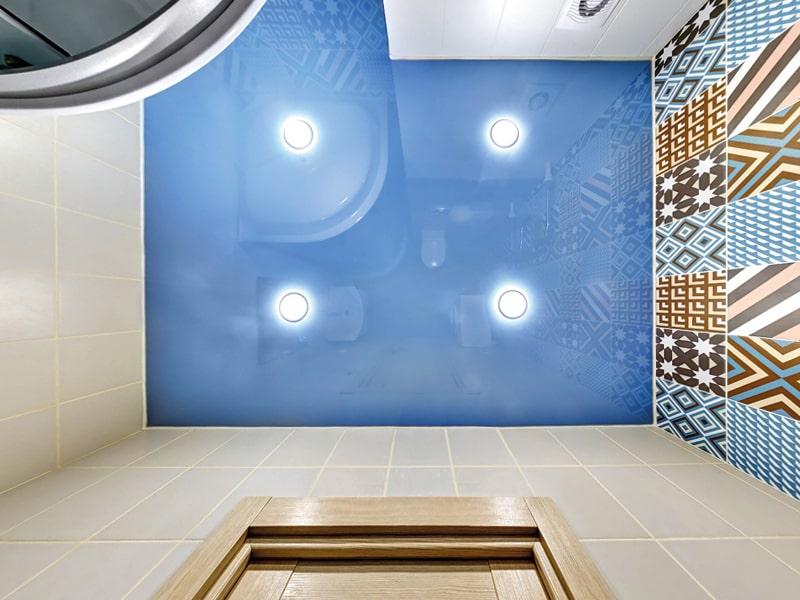 Дизайн яркого натяжного потолка