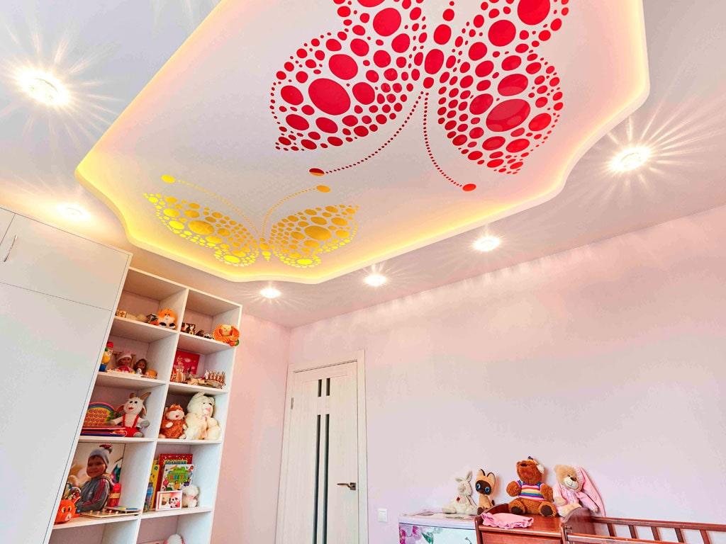 Дизайн разноцветного натяжного потолка
