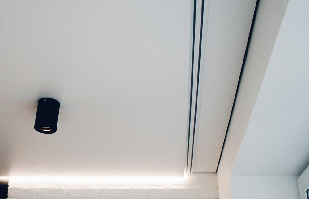 Пластиковый карниз под натяжной потолок
